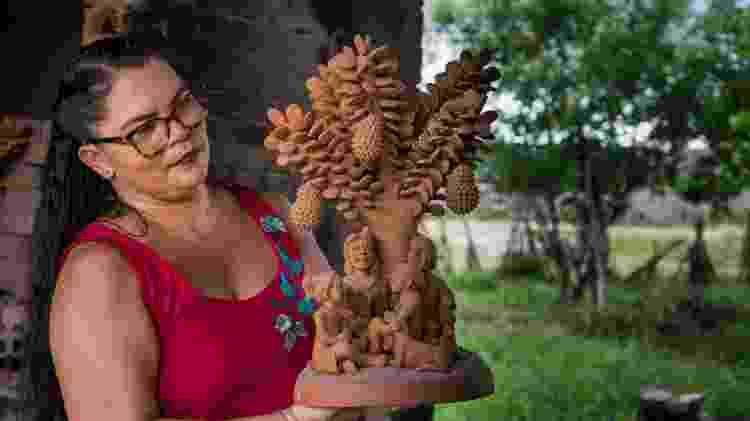 Sil da Capela com uma de suas obras com a onipresente jaqueira - Thiago Sobral