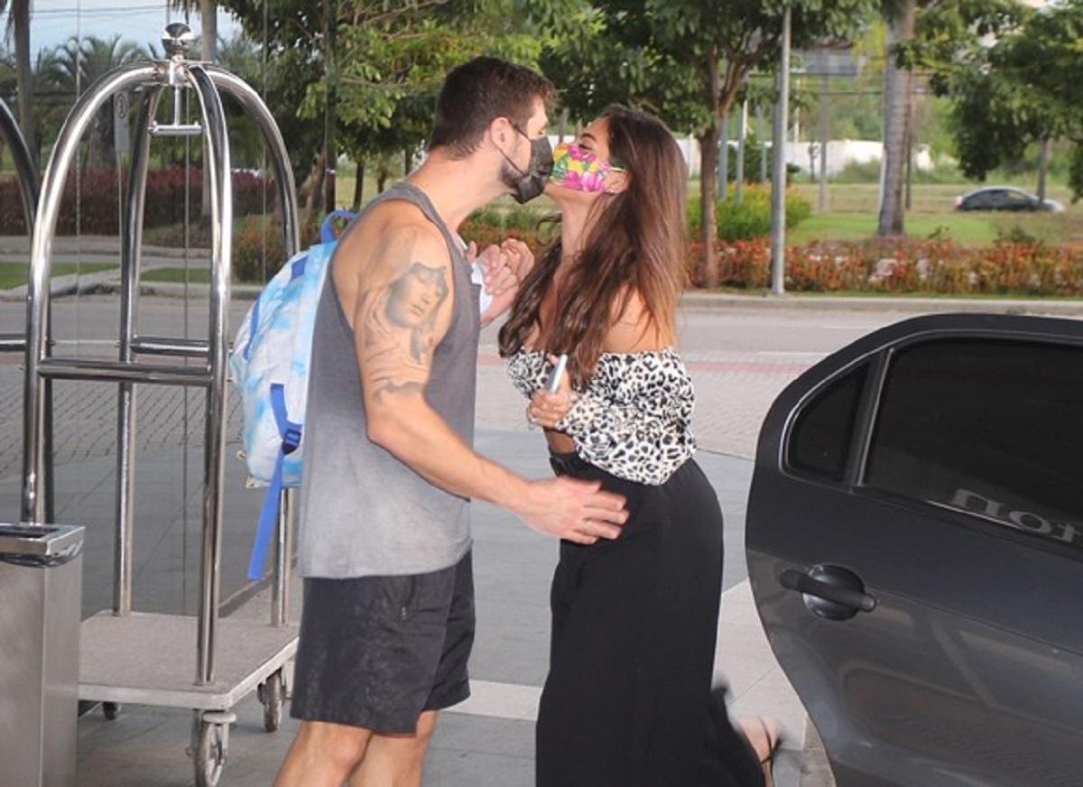 Jonas e Mari se beijam na saída de hotel