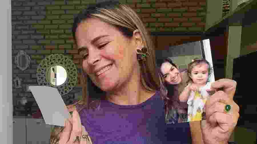 A avó, Luciana, mostra as fotos da filha e da neta, que moram em SP - Arquivo Pessoal
