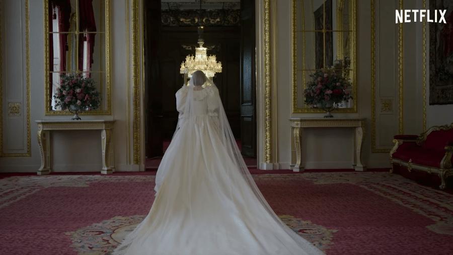 """Emma Corrin usa réplica do vestido de casamento da princesa Diana em """"The Crown"""" - Reprodução/YouTube"""