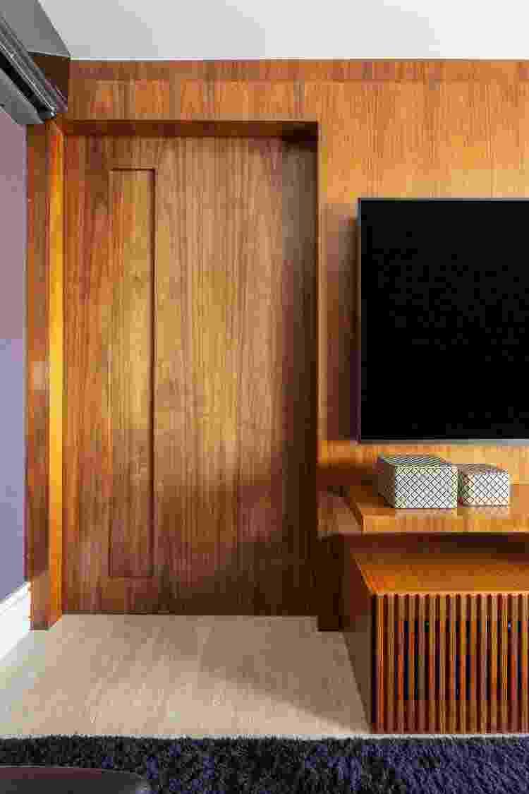 Neste projeto, a porta prolongada com o painel do home theater foi uma sugestão das arquitetas Paula Passos e Danielle Dantas. Os clientes aprovaram de primeira - Maura Mello - Maura Mello