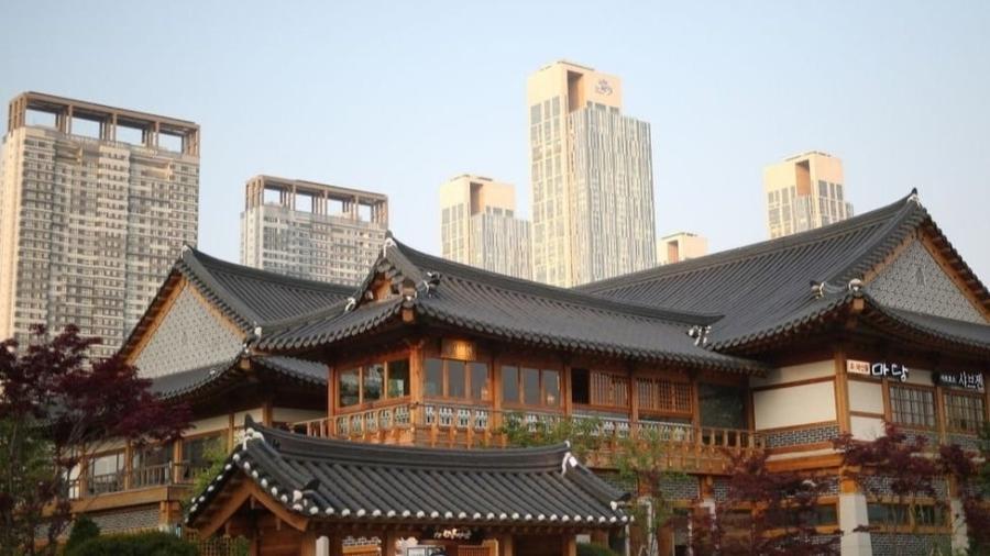 Em meio aos arranha-céus, você pode encontrar hanoks, a tradicional casa coreana - Getty Images