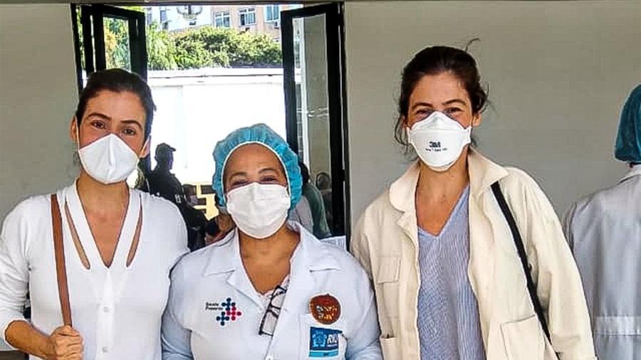 21.jun.2021 - Renata Vasconcellos e sua irmã gêmea, Lanza Mazza, recebem a vacina contra covid-19 - Rodrigo Adao / AgNews