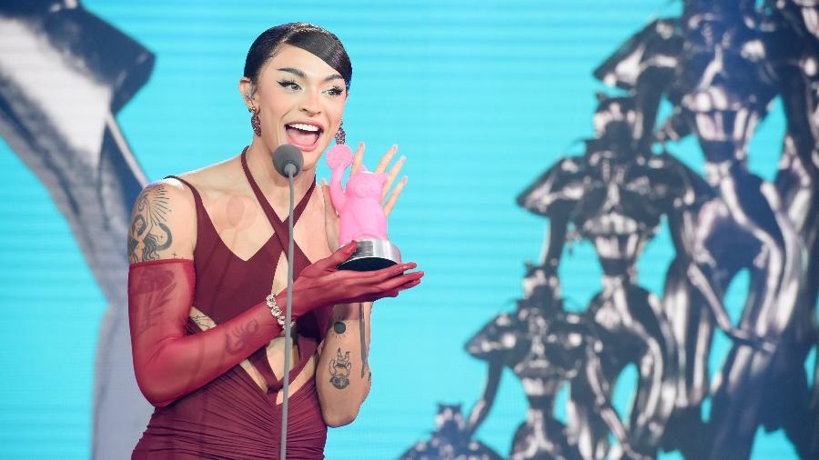 Pabllo Vittar recebendo prêmio no MTV Miaw - Cleiby Trevisan