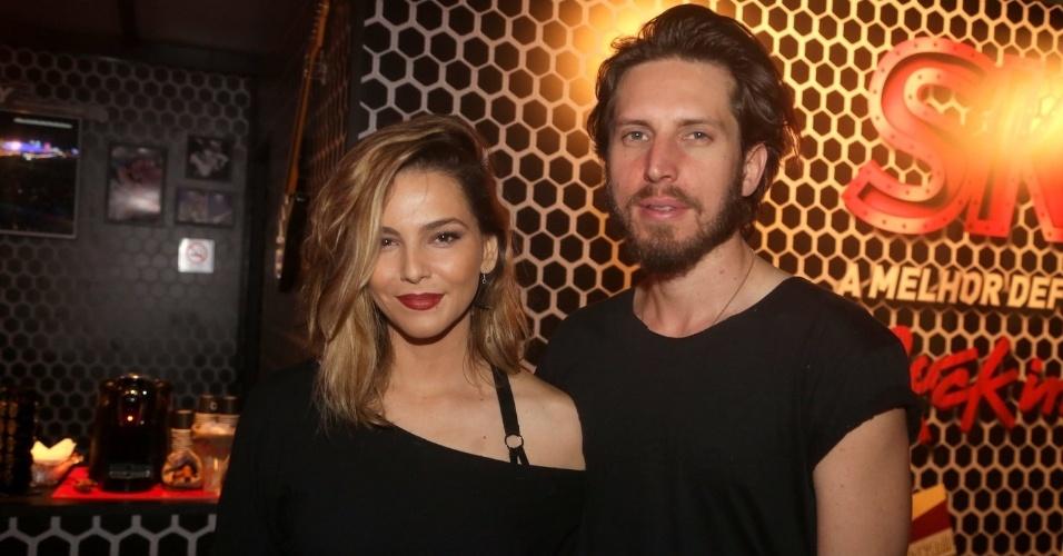 19.set.2015 - A atriz Tainá Muller chega com o marido, o diretor Henrique Sauer para assistir ao show do Metallica