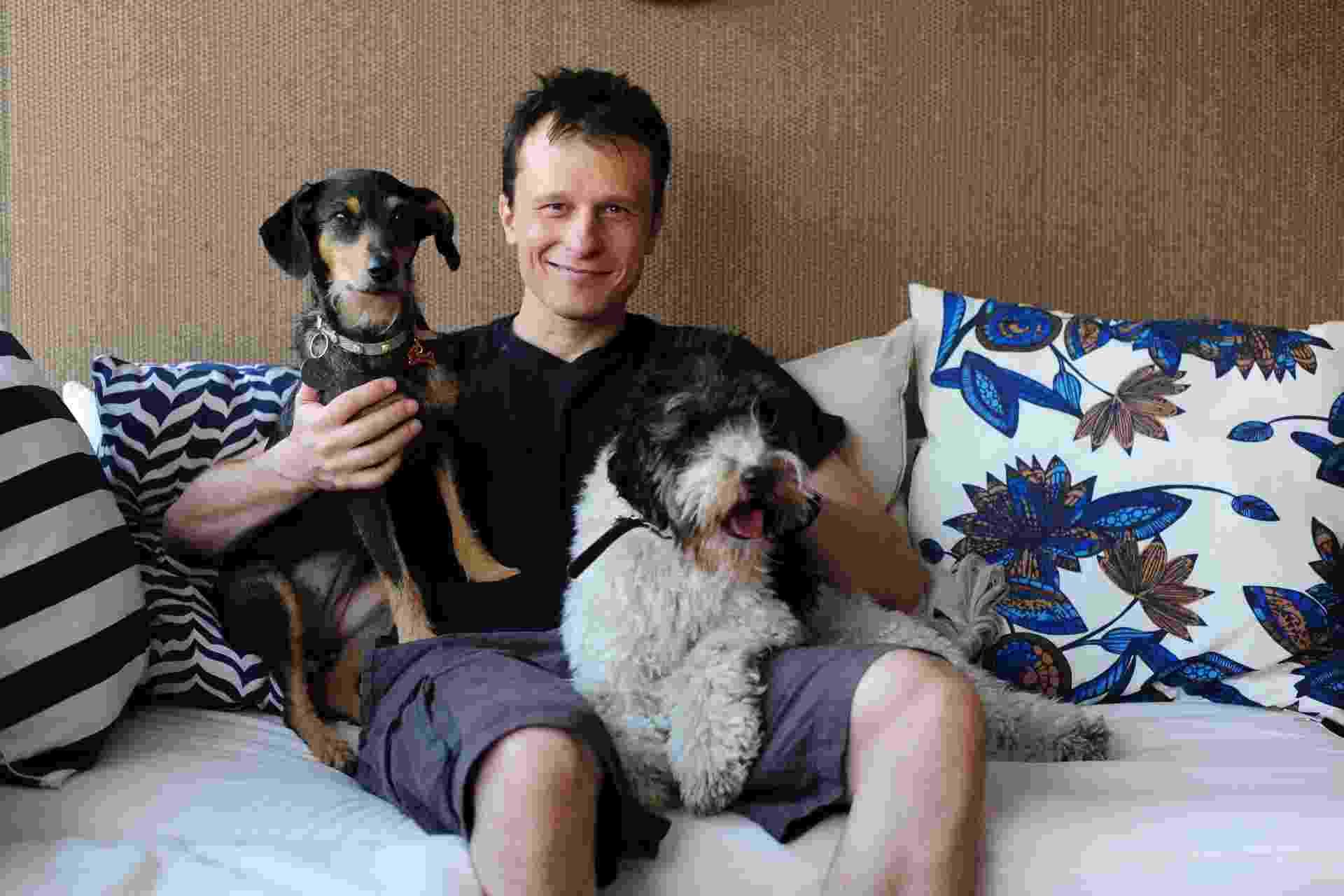 Quando Alexandre Rossi (Dr. Pet) e sua mulher Cynthia resolveram reformar o novo apê em São Paulo (SP), queriam incluir no projeto as necessidades dos cães Estopinha e Barthô (foto). Para ajudar na integração dos cães aos ambientes, o casal contratou as designers de interiores Daniella Stecconi e Simone Fogassa, especializadas em decoração com pets - Junior Lago/ UOL