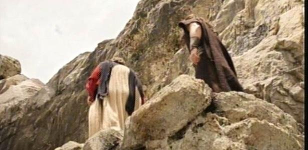 """Moisés (Guilherme Winter) escalou Monte Sinai com Josué, no último capítulo de """"Os Dez Mandamentos"""" na primeira fase - Reprodução/TV Record"""