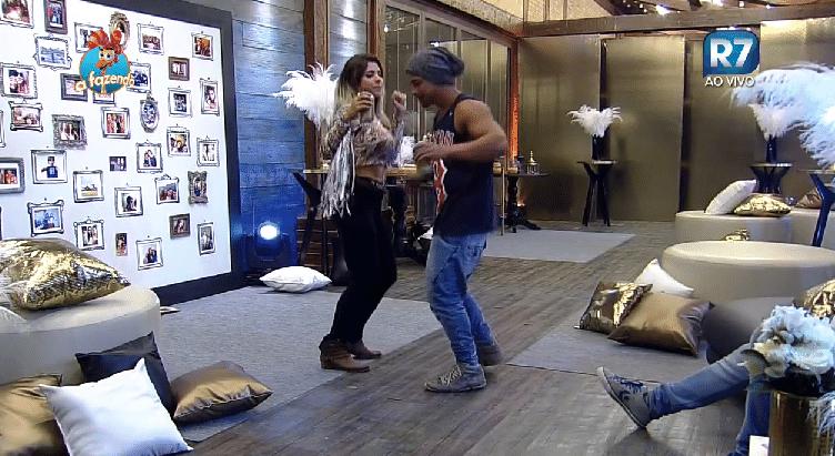 4.dez.2015 - Minerato também dançou com Douglas Sampaio