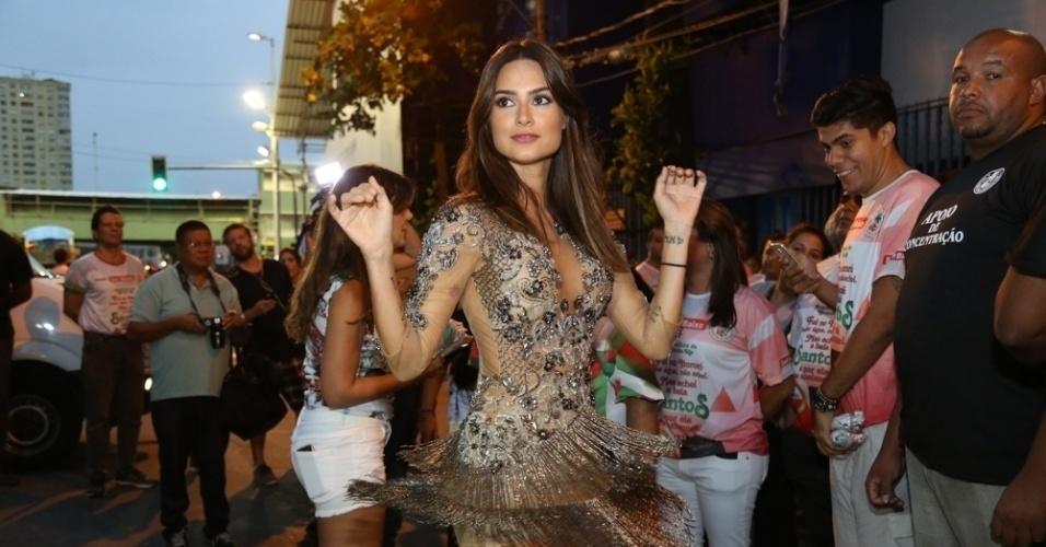 17.jan.2016 - Thaila Ayala usou vestido com franjas e pedraria no ensaio técnico da Grande Rio, na Sapucaí