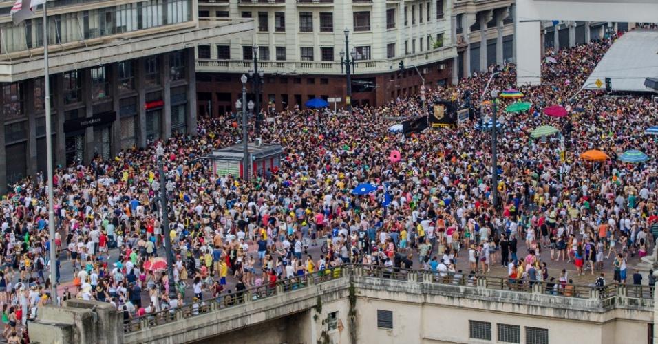 Multidão de foliões na Praça do Patriarca, região central da cidade de São Paulo, no Bloco Domingo Ela Não Vai