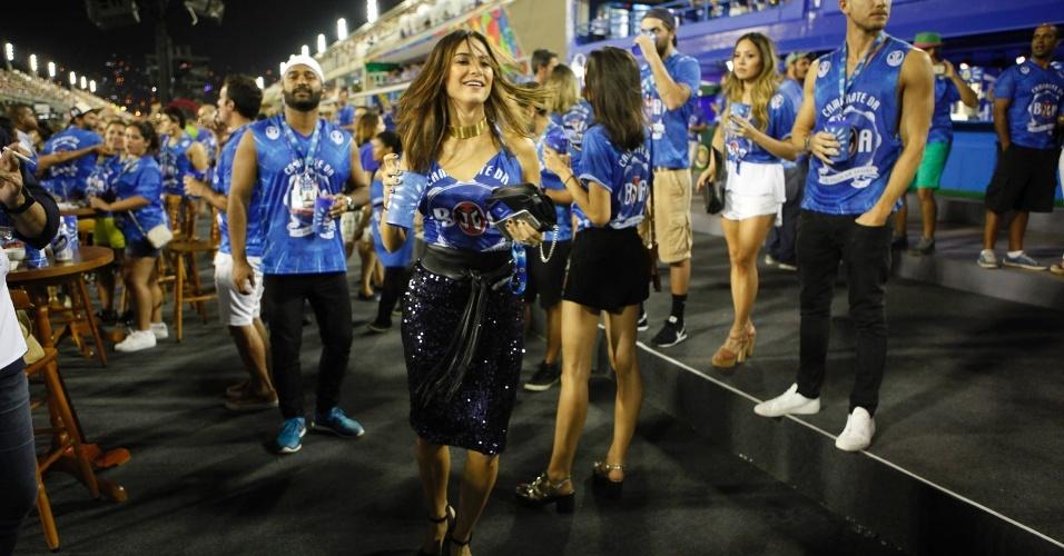 13.fev.2016 - Animada, Thaila Ayala samba ao chegar para assistir ao Desfile das Campeãs na Sapucaí