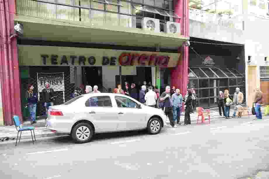 28.abr.2016- Amigos e familiares aguardam o início do velório de Umberto Magnani no Teatro de Arena Eugênio Kusnet, em São Paulo - Leo Franco/Ag.News