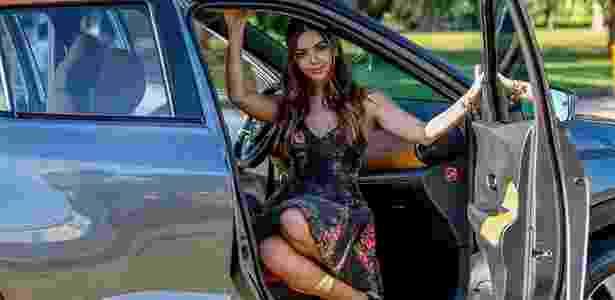 A atriz Giovanna Lancellotti e o SUV: interior em dois tons separa Kicks de March e Versa - Divulgação