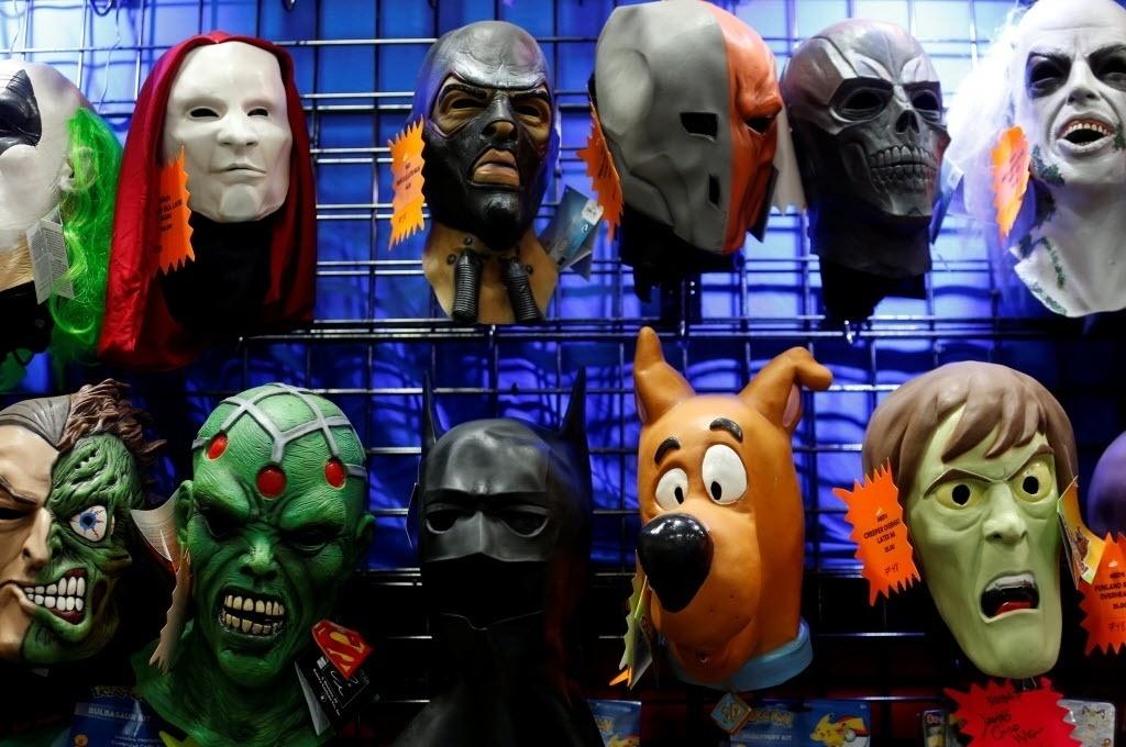 22.jul.2016 - Máscaras de diversos personagens da cultura pop estão à venda na San Diego Comic-Con