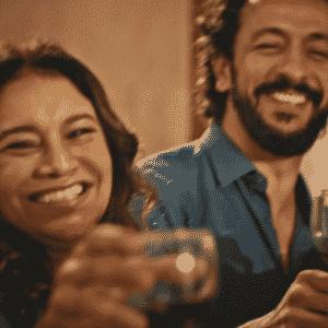 """Família dos Anjos brinda com Santo (Domingos Montagner), substituído por uma câmera em """"Velho Chico"""" - Reprodução/TV Globo"""