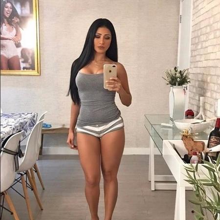 Vestindo um pijama curto, Simaria também não esqueceu do batom vermelho para provocar os fãs com a selfie sensual - Reprodução/Instagram/@simariamendes