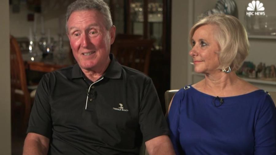 Tom, aqui ao lado da esposa, passou mal no melhor lugar possível - Reprodução/NBCNews