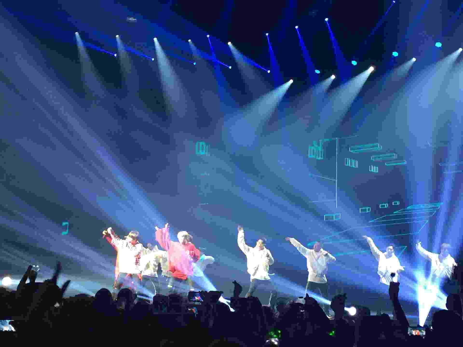 O grupo de k-pop BTS, que tem sete integrantes, também conta com oito dançarinos de apoio para a Wings Tour - Renata Nogueira/UOL