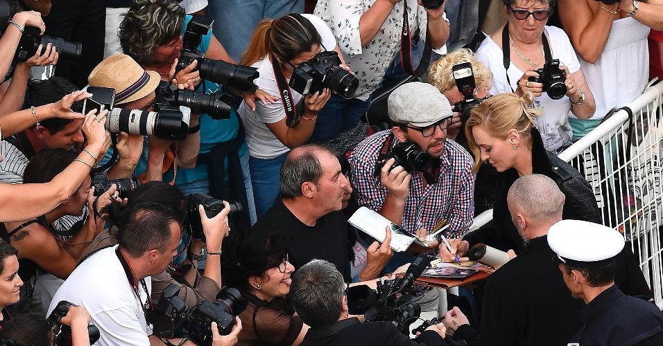 18.mai.2017 - A atriz Uma Thurman é tietada na chegada ao Festival de Cannes
