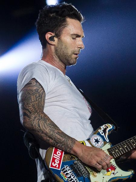 Adam Levine toca guitarra durante segundo show do Maroon 5 no Rock in Rio 2017 - Bruna Prado/UOL