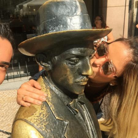 Na companhia de Cesar Tralli, Ticiane Pinheiro beija estátua de Fernando Pessoa em Portugal - Reprodução/Instagram/cesartralli
