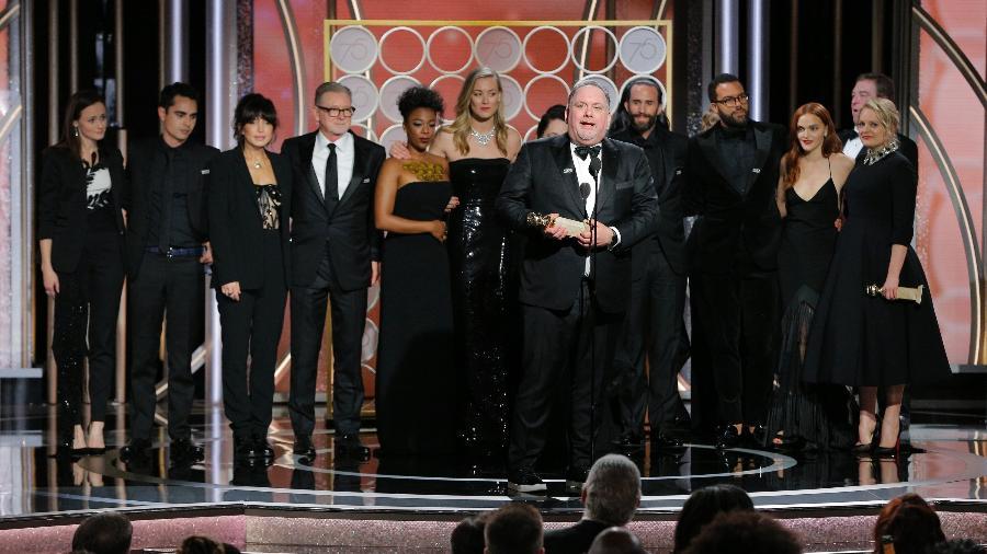 """Equipe da série """"The Handmaid""""s Tale"""" se reúne no palco do Globo de Ouro para celebrar a vitória como melhor série dramática - Getty Images"""