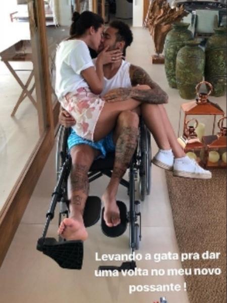 Neymar mostra Bruna Marquezine em seu colo na cadeira de rodas - Reprodução/Instagram/neymar