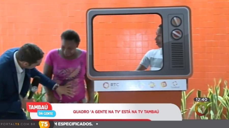 O apresentador diz que mulher está grávida, mas logo é corrigido ao vivo - Reprodução/TV Tambaú/SBT