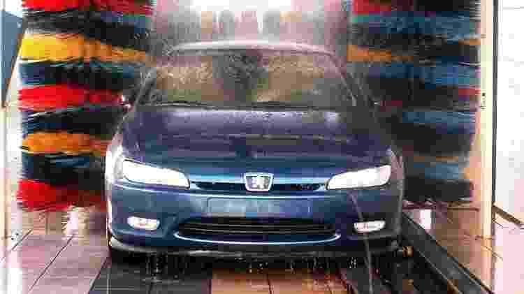 Peugeot 406 passando por lava rápido - Matuiti Mayezo/Folhapress - Matuiti Mayezo/Folhapress