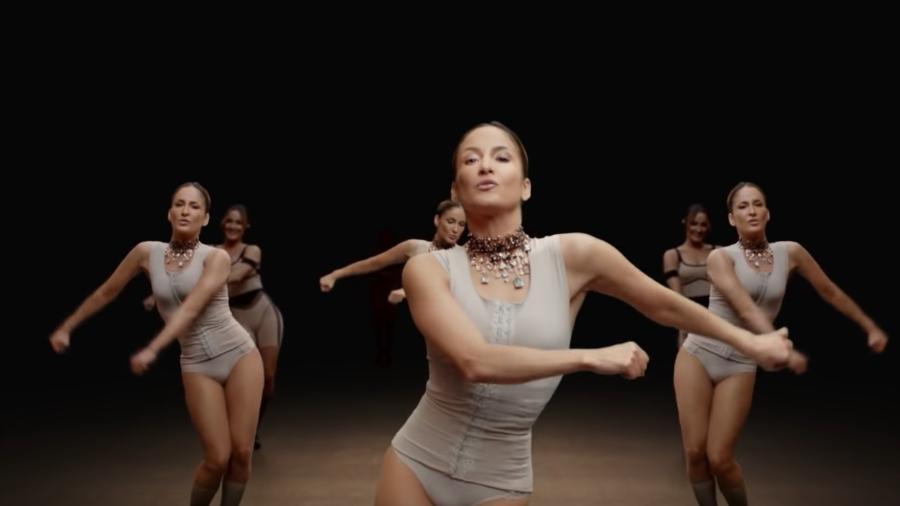 """Claudia Leitte no videoclipe de """"Balancinho"""", com pegada eletrônica inspirada na latinidade - Reprodução"""