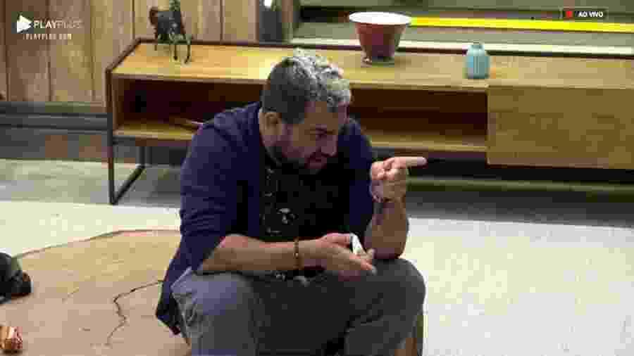 Evandro Santo conversa com os peões na sala da sede  - Reprodução/PlayPlus