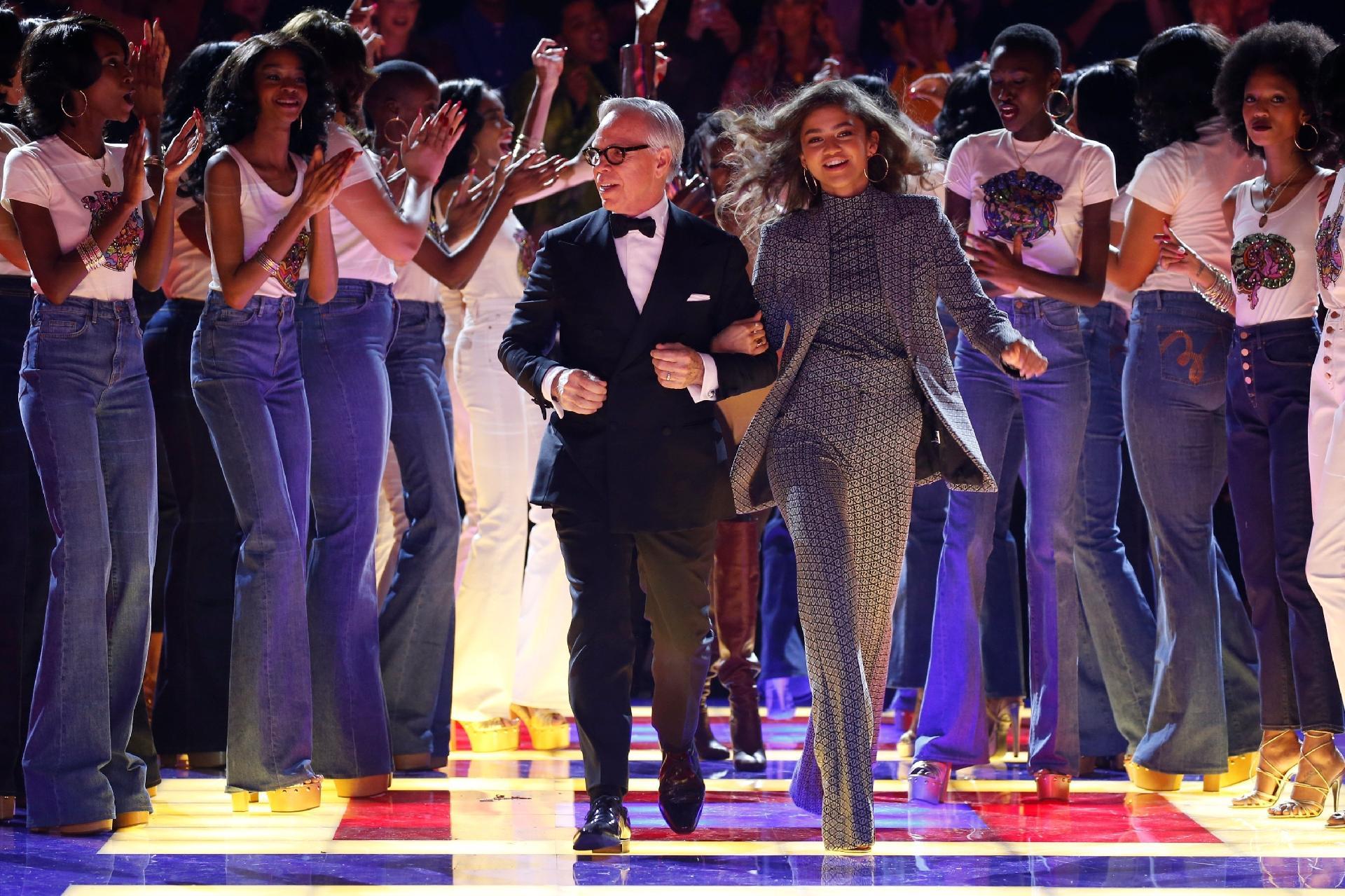 c81b11d06 Tommy Hilfiger celebra anos 70 e mulheres negras na Semana de Moda de Paris