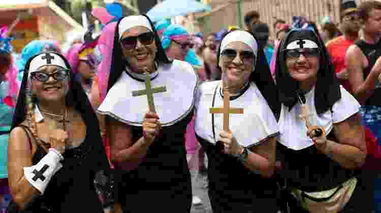 Fantasia de freira é um dos mais tradicionais do Bloco Carmelitas, no Rio - Douglas Shineidr/UOL - Douglas Shineidr/UOL