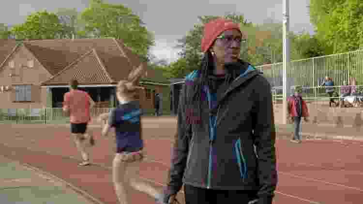A treinadora de triatlo Audrey Livingstone diz que aplicativos e aparelhos que monitoram exercícios estimulam um comportamento obsessivo - BBC
