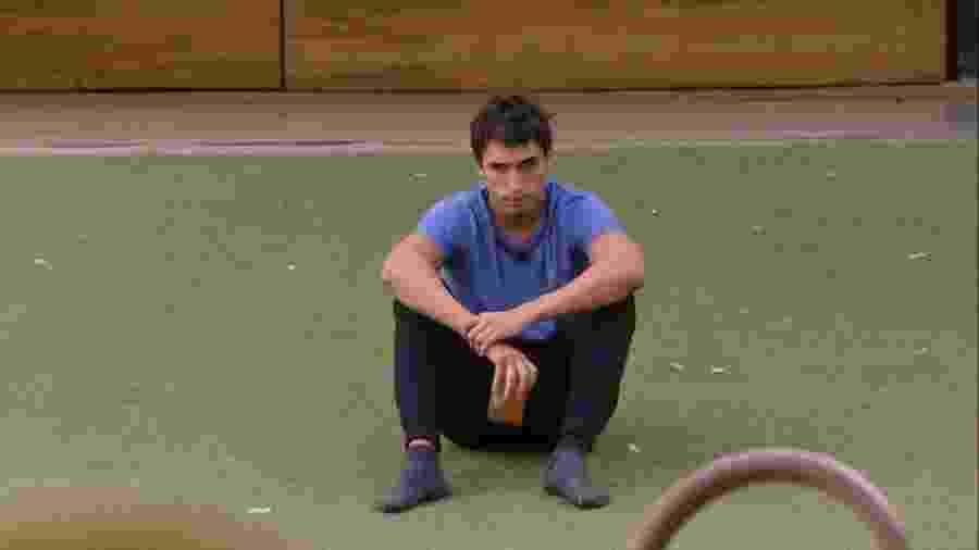 Felipe conversa sozinho na área externa da casa do BBB20 - Reprodução/Globoplay