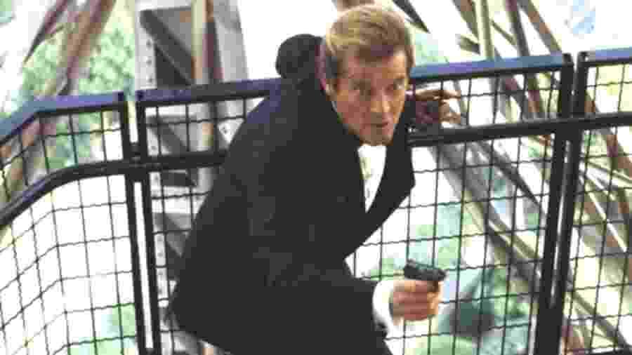 """Roger Moore em cena de """"007 - Na Mira dos Assassinos"""", em 1985; uma das armas levadas foi usada no filme - Reprodução"""