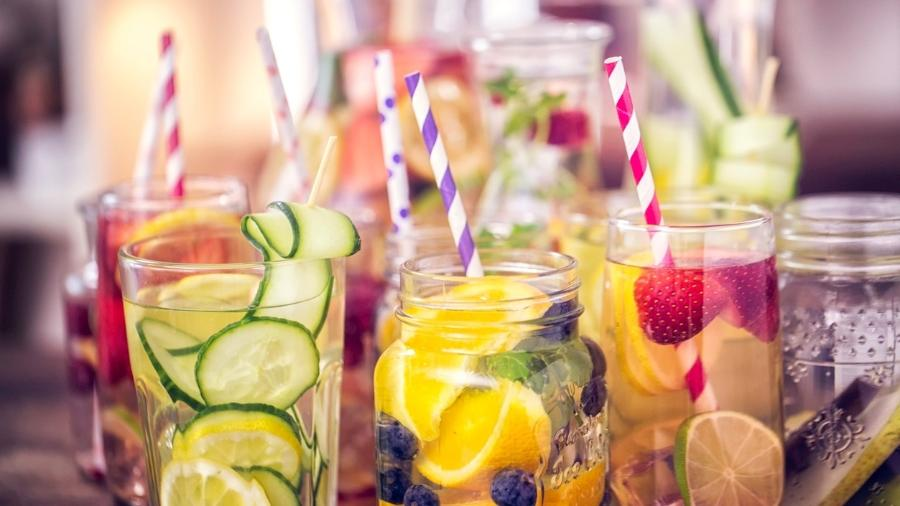 Colocar frutas na água é uma boa pedida para aumentar seu consumo, mas nutrientes adicionados com a mistura não fazem diferença no final do dia - iStock