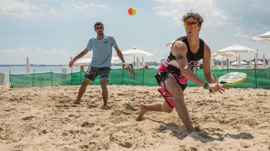 A dificuldade de movimentar o corpo na areia exige bastante da musculatura das pernas e faz com que o tênis de praia proporcione grande gasto calórico - iStock