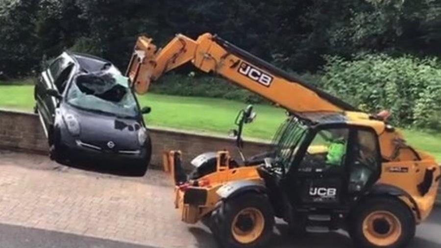 Carro destruído é deixado em estacionamento por dívida - Reprodução