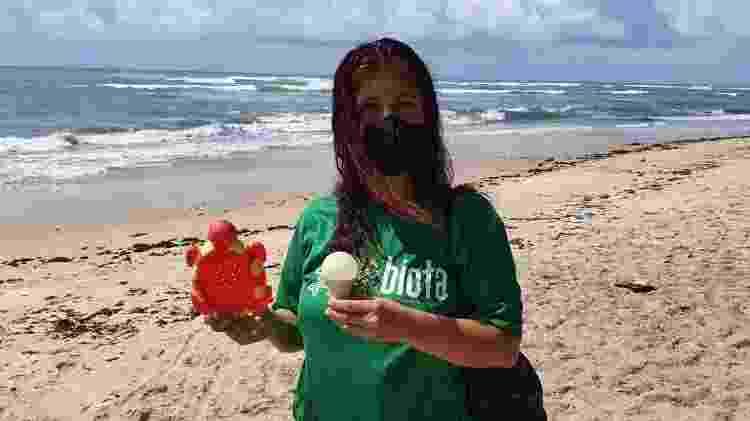 Suely mostra brinquedo e lâmpada achados na praia  - Carlos Madeiro/UOL - Carlos Madeiro/UOL