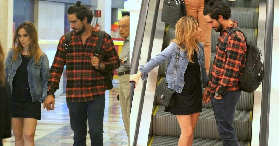 31.ago.2015- Tatá Werneck passeia de mãos dadas com o namorado, o ator Renato Góes, em um shopping na Gávea, zona sul do Rio de Janeiro. A atriz usou um vestido preto curtinho para o programa com o amado