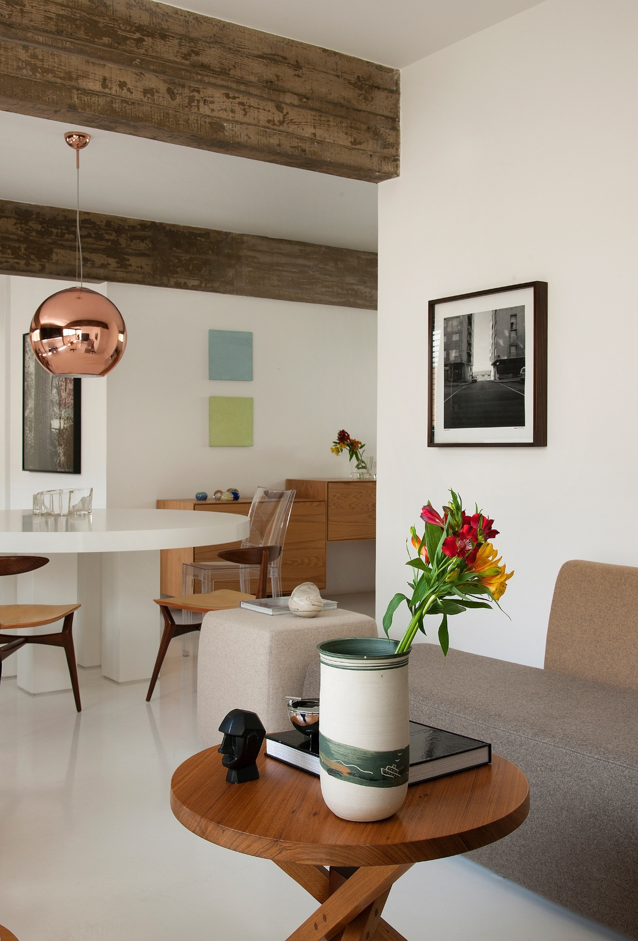 A mesa de centro de madeira é da Marcenaria Baraúna, comandada por Francisco Fanucci e Marcelo Ferraz (Brasil Arquitetura). O sofá Pedras (à dir.) é um sistema composto de pufes laterais, assento, encosto e braços modulares assinado pelos designers Luciana Martins e Gerso de Oliveira, do estúdio Ovo. O tecido escolhido é da dinamarquesa Kvadrat. O projeto de reforma e decoração do apê Itaim é de Marcos Bertoldi