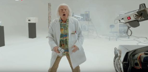 """No teaser do curta metragem que será lançado em comemoração dos 30 anos de """"De Volta Para o futuro"""", Doc Brown desce do Delorean no dia 21 de outubro de 2015 - Reprodução"""