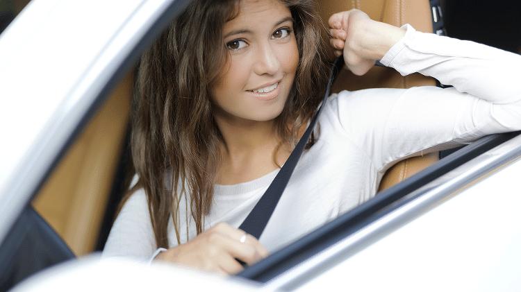 Jovem no carro com cinto de segurança - iStock/Getty Images - iStock/Getty Images
