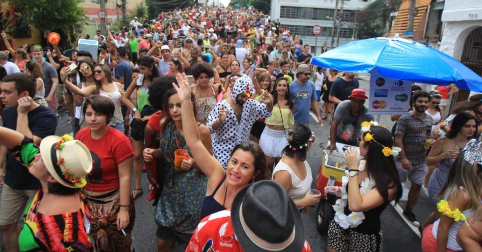 Foliões seguem o Bloco Bastardo pelas ruas do bairro de Pinheiros, na zona oeste de São Paulo, neste sábado (6)