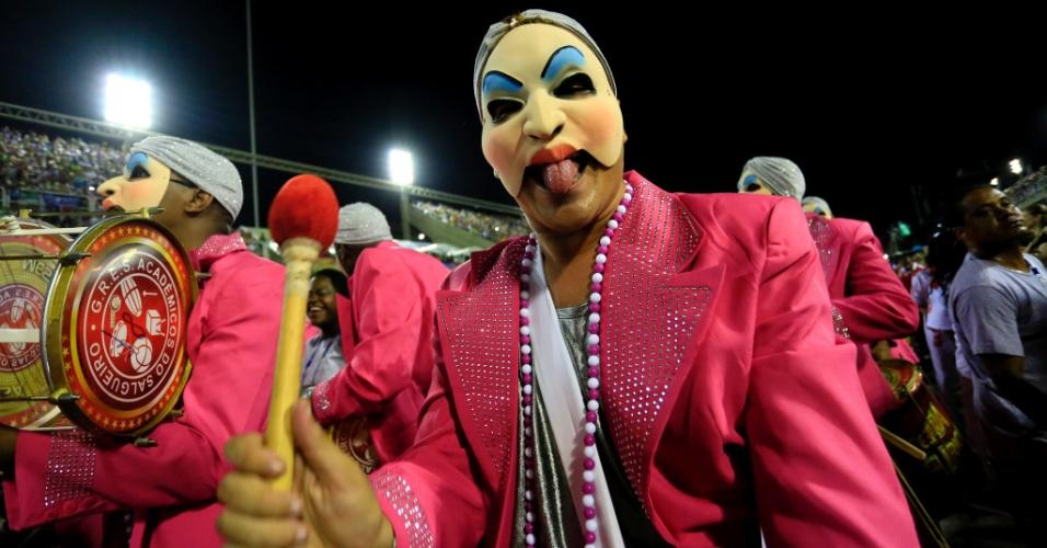 """8.fev.2016 - Bateria do Salgueiro representava a Geni e o Zepelim. Com o enredo """"A Ópera dos Malandros"""", a segunda escola a desfilar na Sapucaí fez referências à obra de Chico Buarque."""