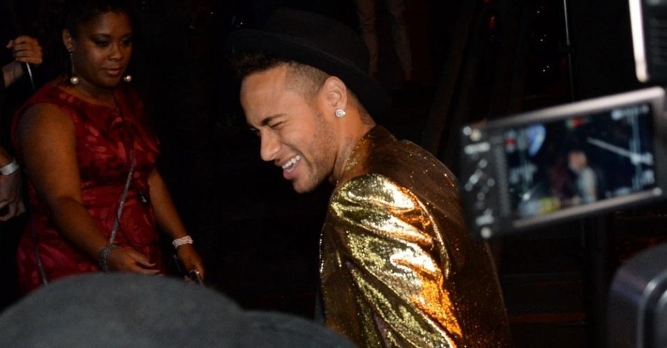7.mar.2016 - Neymar fala com a imprensa ao chegar para a festa de aniversário da irmã Rafaella Santos, no Villa Mix, em São Paulo