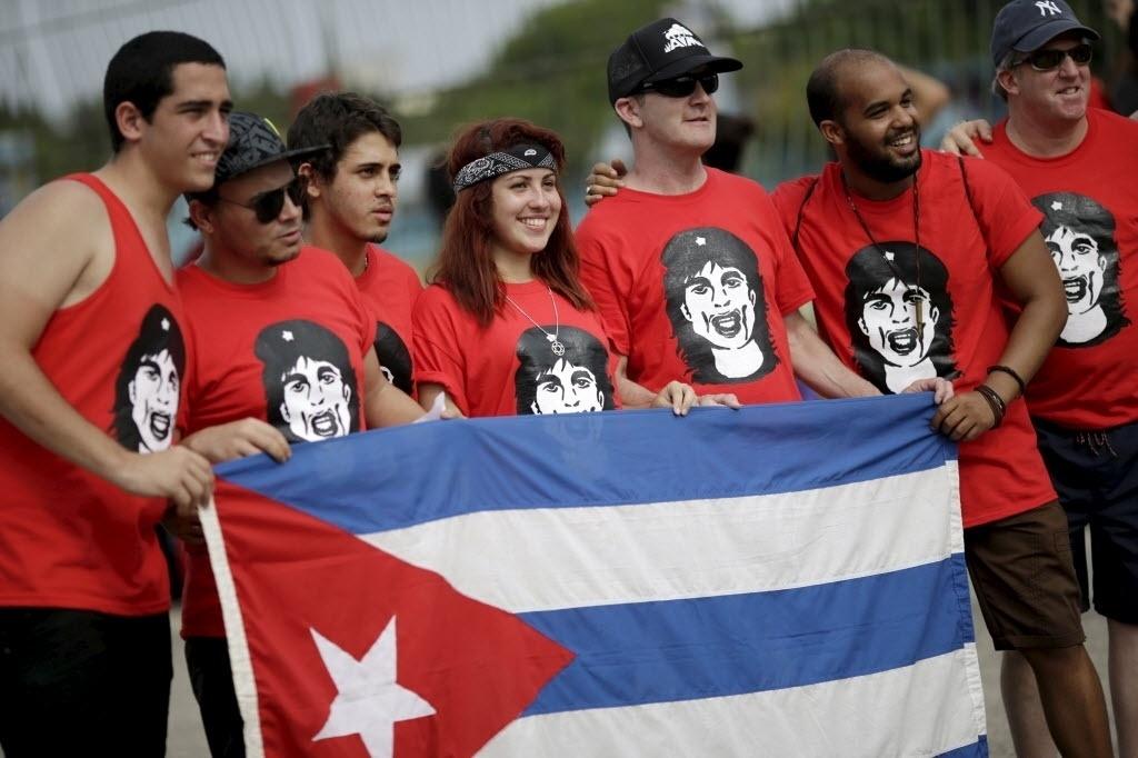 25.mar.2016 - Fãs seguram bandeira de Cuba antes do show gratuito dos Rolling Stones na Cidade Esportiva em Havana, Cuba