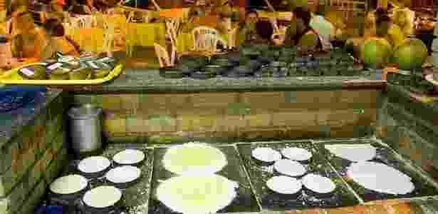 Centro das Tapioqueiras No bairro de Messejana, no caminho que leva até as praias do litoral leste, o centro de tapioca tem diversas barracas que preparam não apenas essa iguaria com variados recheios, mas outros quitutes como o cuscuz de biju recheado de queijo de coalho com carne seca. - Divulgação - Divulgação