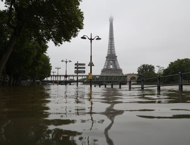 Inundação do rio Sena, em Paris, coloca em risco acervo de museus - Kenzo Tribouillard/AFP
